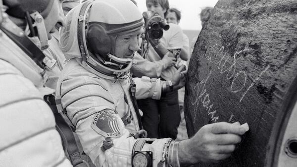 Lotnik-kosmonauta ZSRR Aleksiej Leonow pozostawia autograf na urządzeniu po wylądowaniu - Sputnik Polska