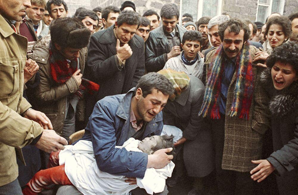 Ojciec opłakuje swojego dziecka, zmarłego w czasie trzęsienia ziemi w armiańskim mieście Spitak w grudniu 1988 roku