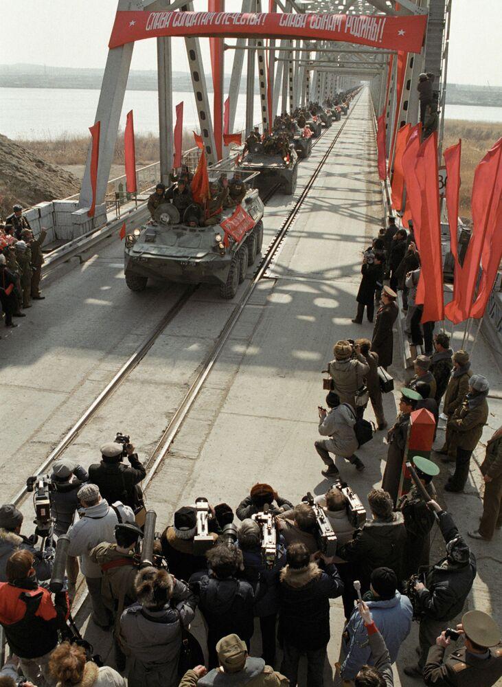 Ostatnia kolumna wojsk radzieckich z Afganistanu przecina granicę ZSRR