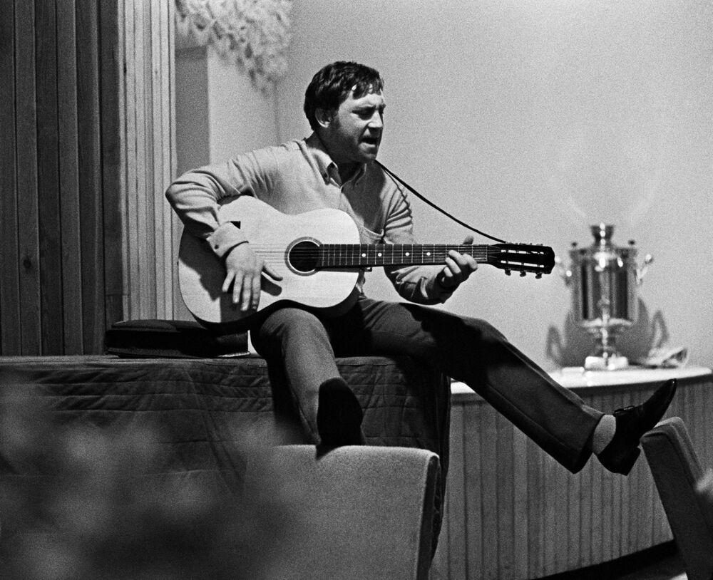 Włodzimierz Wysocki w czasie zamknięcia sezonu teatralnego 1968 roku w Teatrze dramatu i komedii na Tagance