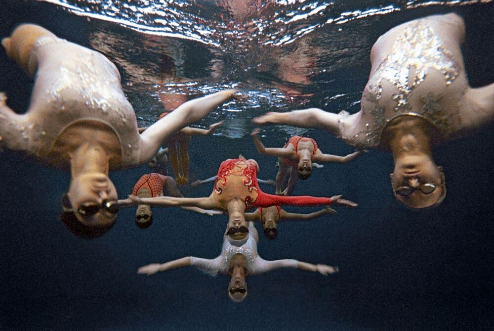 Dziewczyny ze szkoły sportowej przy katedrze pływania Moskiewskiego instytutu wychowania fizycznego wykonują ćwiczenia pod wodą