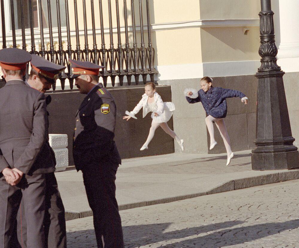 Małe baleryny z Akademii Rosyjskiego Baletu im.Waganowej podczas prób na ulicy