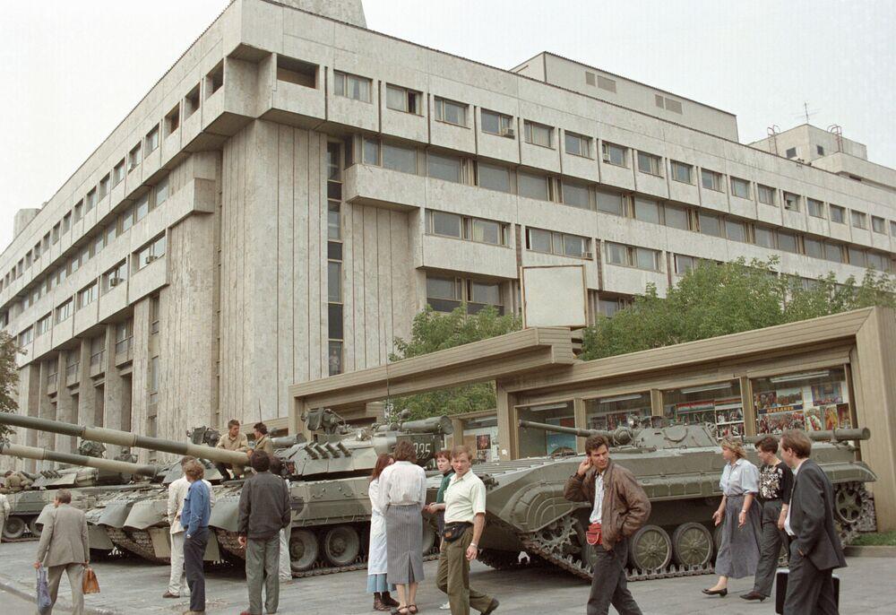 Czołgi w czasie Puczu Moskiewskiego stoją na ulicu Sadowoje Kolco przy budynku Agencji informacyjnym Wiadomości, 1991 rok.
