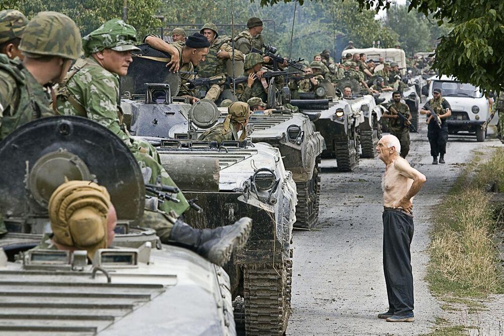 Kolumna wojsk rosyjskich poruszających się do obozu na terenie Gruzji