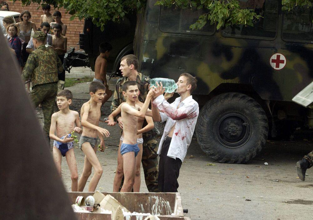 Uratowani zakładnicy po zamachu w Biesłanie