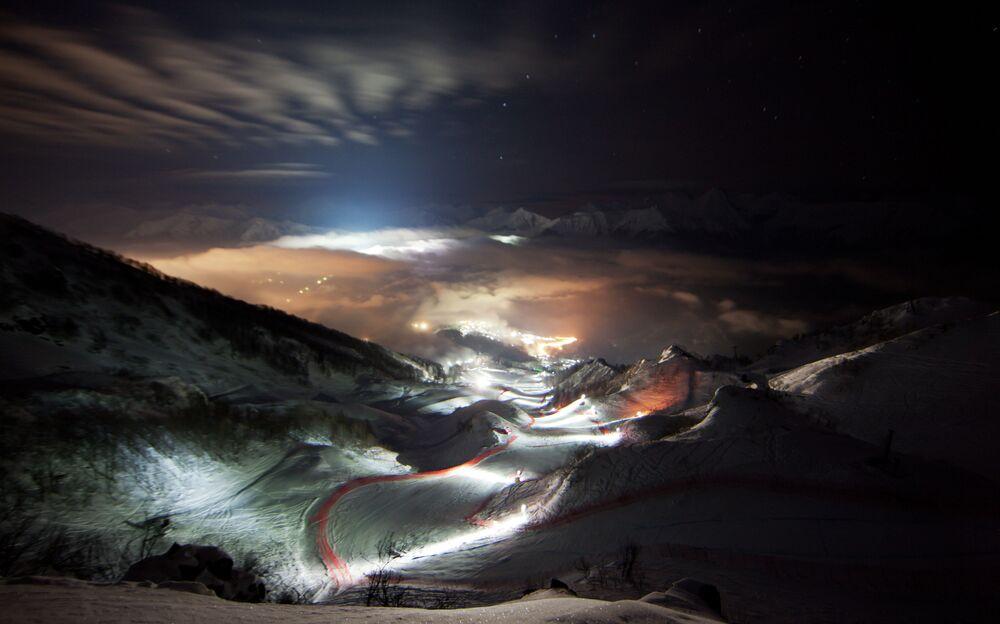 Nocny widok centrum narciarskiego Roza Chutor
