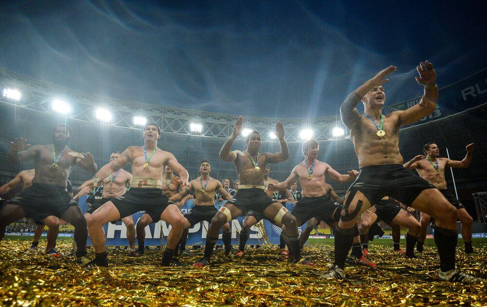 Gracze drużyny Nowej Zelandii cieszą się ze zwycięstwa w finale Pucharu świata w rugby-7 pomiędzy drużynami narodowymi Nowej Zelandii i Anglii
