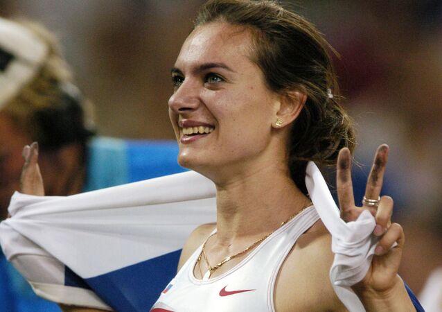 Rosjanka Jelena Isinbajewa po zdobyciu złotego medalu w skokach o tyczce na letnich Igrzyskach XXVIII Olimpiady