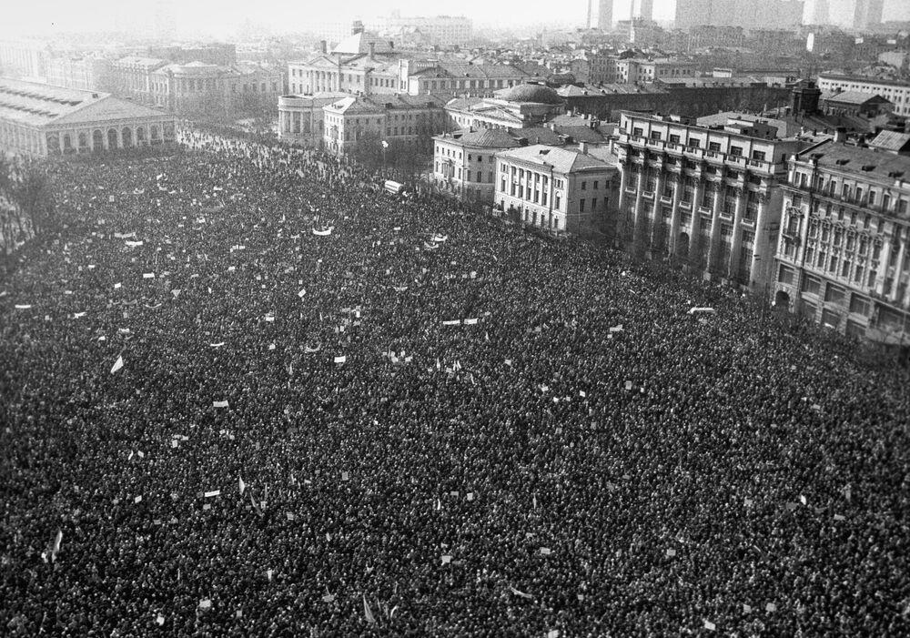 Wielotysięczny zlot na Placu Maneżowym w Moskwie 10 marca 1991 roku