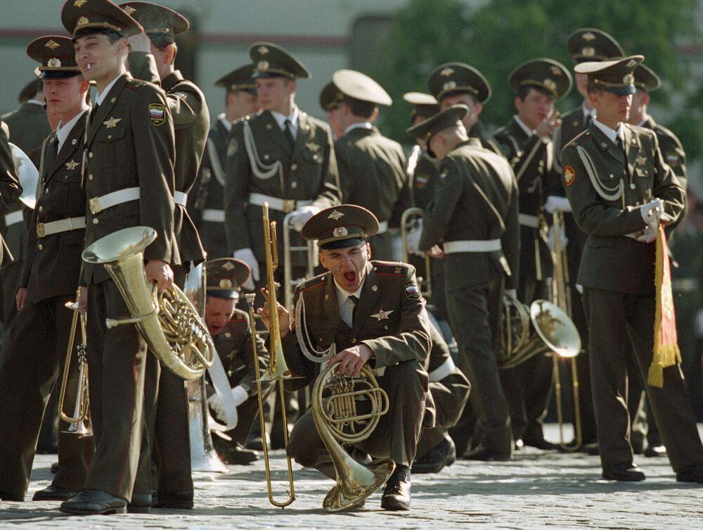 Muzycy orkiestry przed rozpoczęciem defilady wojskowej poświęconego 57. rocznice Zwycięstwa w Wielkiej wojnie Ojczyźnianej