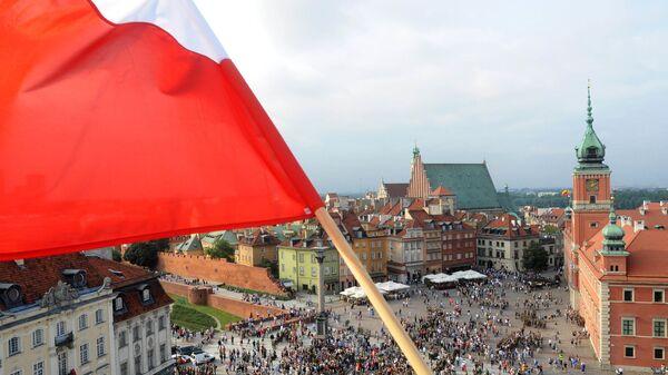 Flaga Polski na jednym z budynków w Warszawie - Sputnik Polska