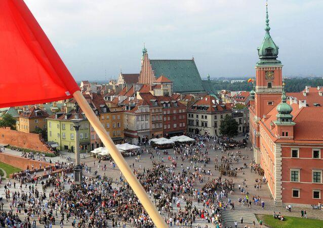 Flaga Polski na jednym z budynków w Warszawie