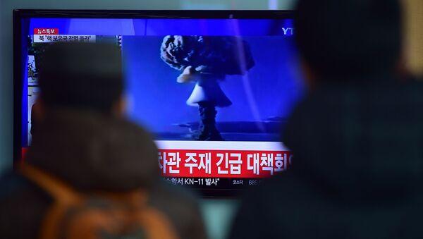 Koreańczycy oglądają nadawaną na żywo próbę wybuchu bomby wodorowej w KLDR - Sputnik Polska
