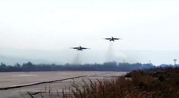 Bojowa praca rosyjskich Su-25 z bazy Hmeymim w eskorcie syryjskich MiG-29 - Sputnik Polska
