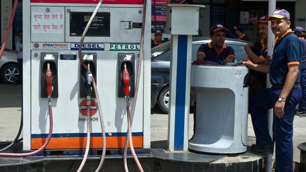 Pracownicy indyjskiej stacji benzynowej w oczekiwaniu na klientów - Sputnik Polska