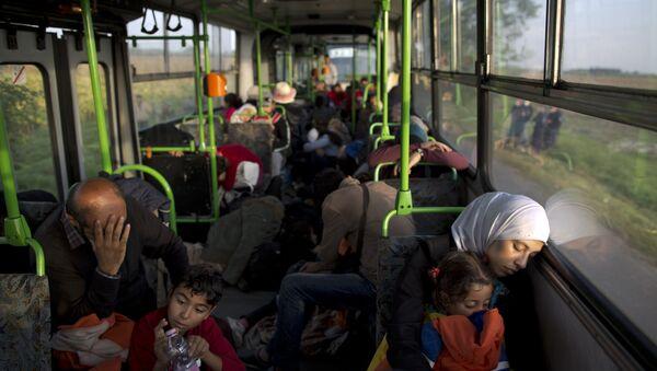 Autobus z uchodźcami na Węgrzech - Sputnik Polska