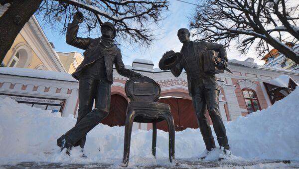 Pomnik Ostapa Bendera i Kisy Worobjaninowa - bohaterów powieści Ilji Ilfa i Eugeniusza Pietrowa Dwanaście krzeseł - Sputnik Polska