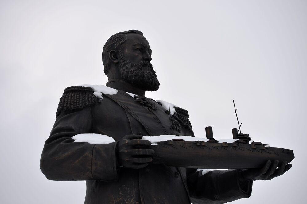 Pomnik rosyjskiego budowniczego statków Alekseja Kryłowa w Czeboksarach