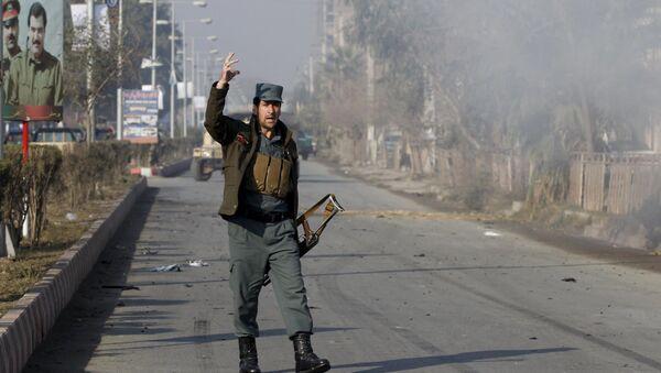 Afgański policjant niedaleko konsulatu Pakistanu w Dżalalabadzie - Sputnik Polska
