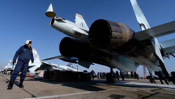 Pilot przy myśliwcu Su-35S w awiabazie Centralnaja Ugłowaja w Kraju Nadmorskim - Sputnik Polska