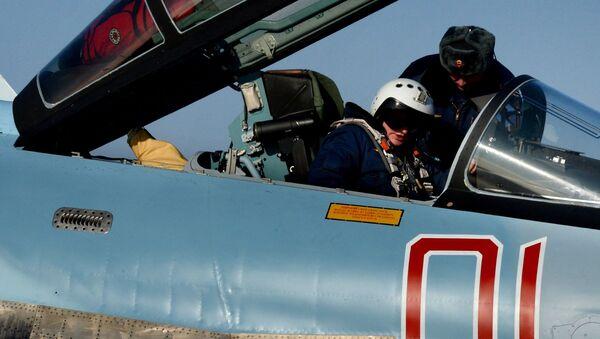 Pilot w myśliwcu Su-35S w awiabazie Centralnaja Ugłowaja w Kraju Nadmorskim - Sputnik Polska