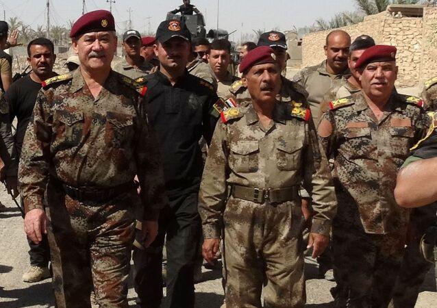 Generał-lejtnant Abdul Ghani al-Asadi i żołnierze irackiej armii w Ramadi, Irak.