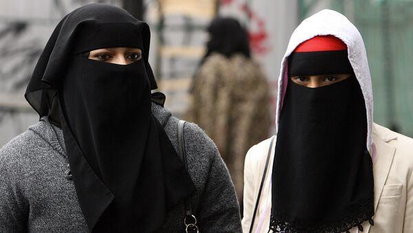 Młode muzułmanki na jednej z londyńskich ulic - Sputnik Polska