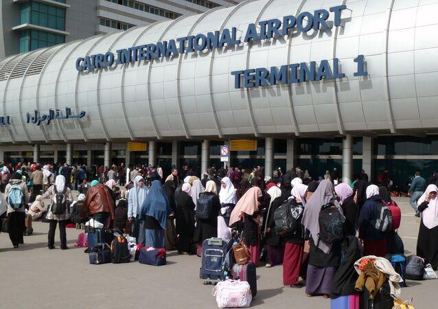 Ludzie przy wejściu na międzynarodowe lotnisko w Kairze