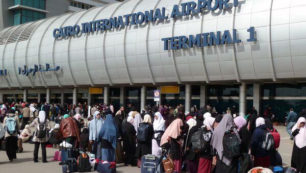 Ludzie przy wejściu na międzynarodowe lotnisko w Kairze - Sputnik Polska