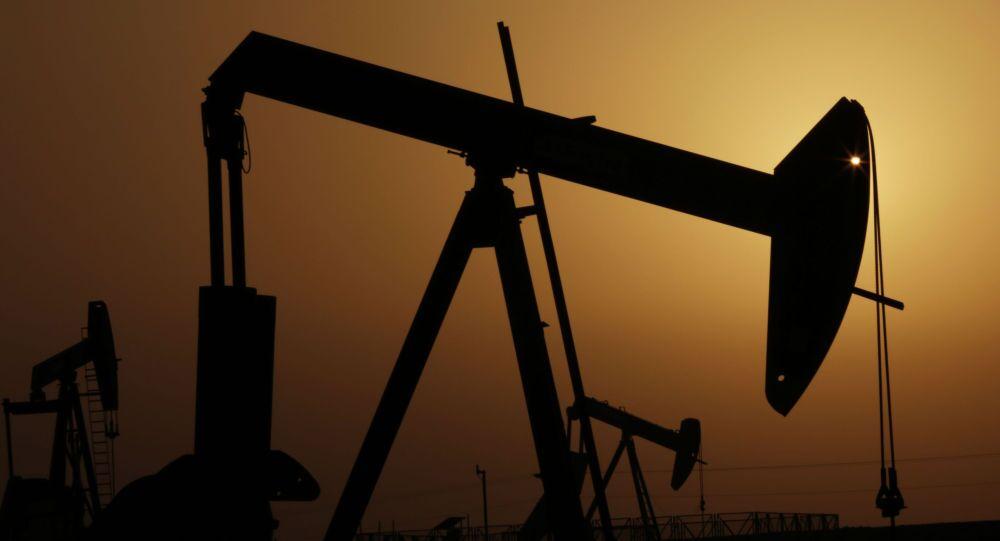 Wieże szybu naftowego nad Zatoką Perską w Bahrajnie