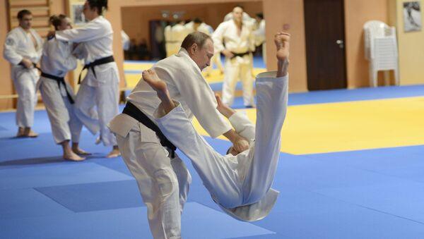 Prezydent Rosji Władimir Putin na treningu z członkami spólki judo - Sputnik Polska