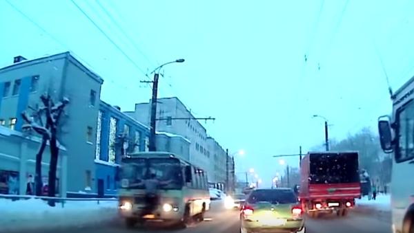 Pieszy staranował autobus: głową w przednią szybę - Sputnik Polska