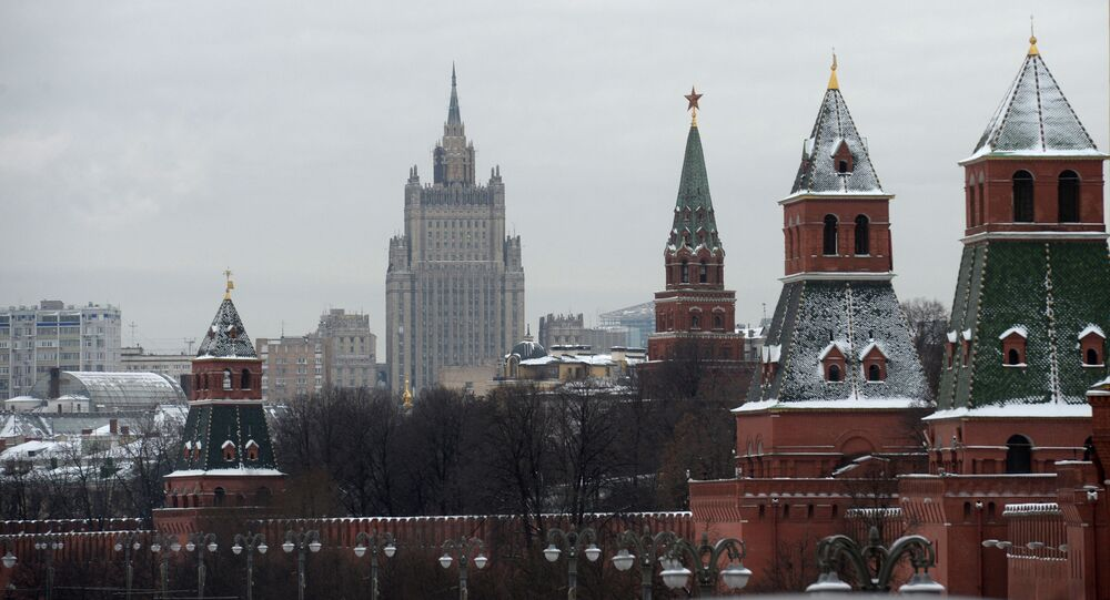 Widok na wieże Moskiewskiego Kremla i budynek MSZ w Moskwie