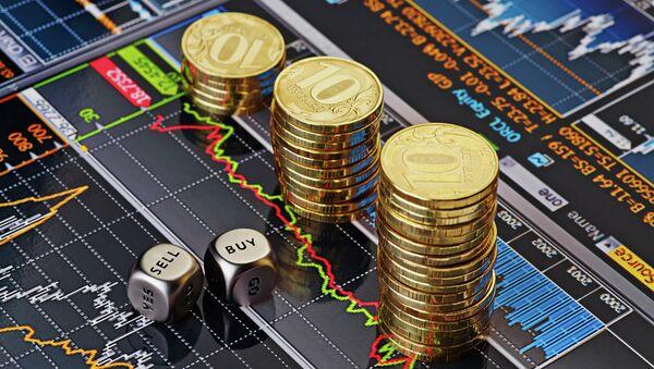 Monety 10-rublowe na ekranie z wykresami giełdowymi - Sputnik Polska