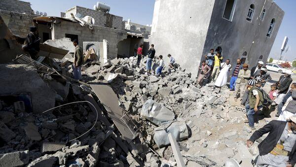 Ruiny domu, zniszczonego podczas nalotu na lotnisko w Sanie. - Sputnik Polska