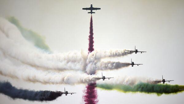 Lotnicza grupa akrobacyjna Sił Powietrznych Zjednoczonych Emiratów Arabskich Rycerze podczas występu na Bahrain International Airshow - Sputnik Polska
