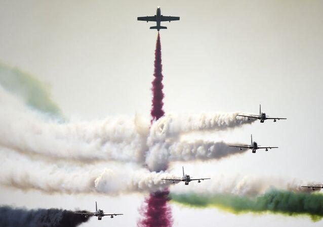 Lotnicza grupa akrobacyjna Sił Powietrznych Zjednoczonych Emiratów Arabskich Rycerze podczas występu na Bahrain International Airshow