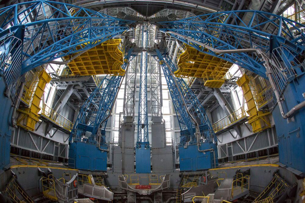 """Początek montażu rakiety nośnej """"Sojuz-2"""" w korpusie montażowo-doświadczalnym w kompleksie technicznym na kosmodromie Wostocznyj"""