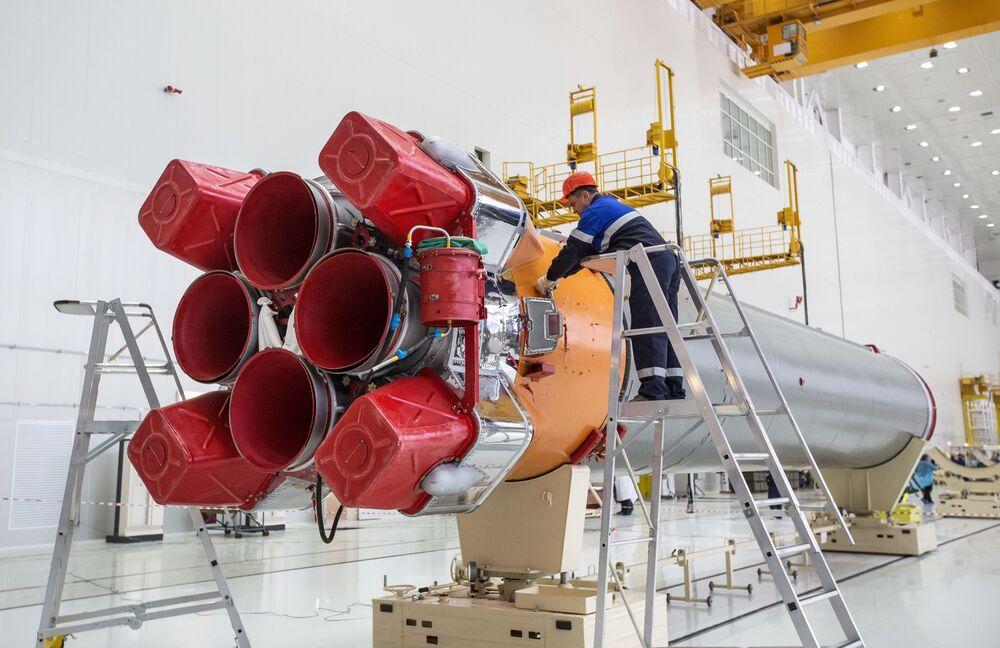"""Montaż rakiety nośnej """"Sojuz"""", która zostanie wykorzystana podczas pierwszego startu z kosmodromu Wostocznyj."""