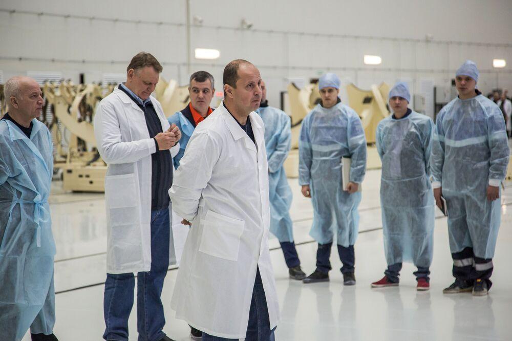 Pracownicy Federalnej Agencji Kosmicznej Roskosmos w korpusie montażowo-doświadczalnym na kosmodromie Wostocznyj