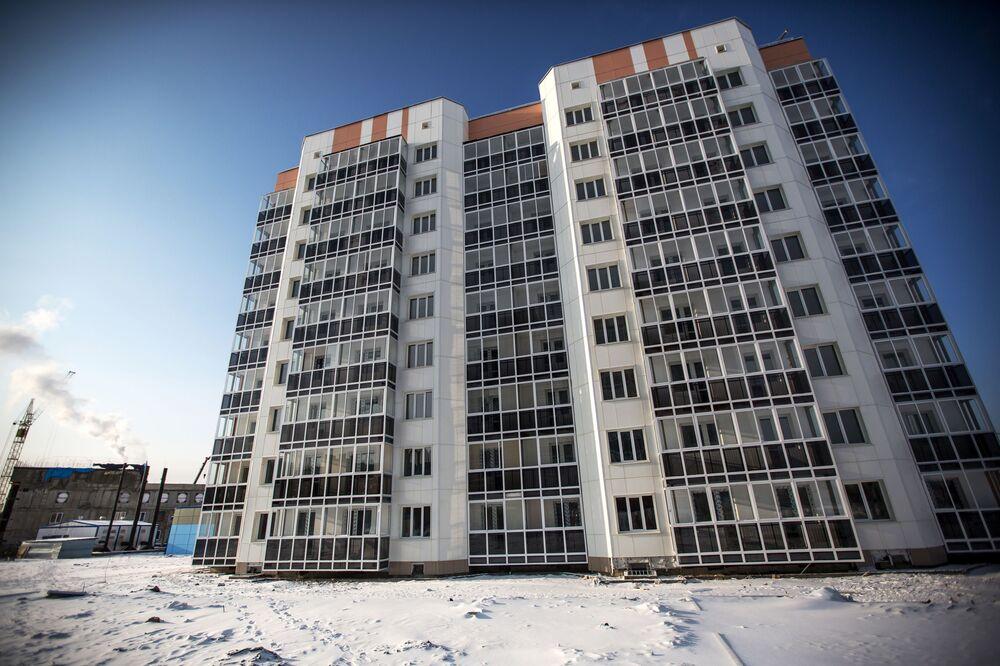 Dom, gdzie zamieszkają młodzi specjaliści, pracujący na kosmodromie Wostocznyj w mieście Ciołkowski w obwodzie amurskim