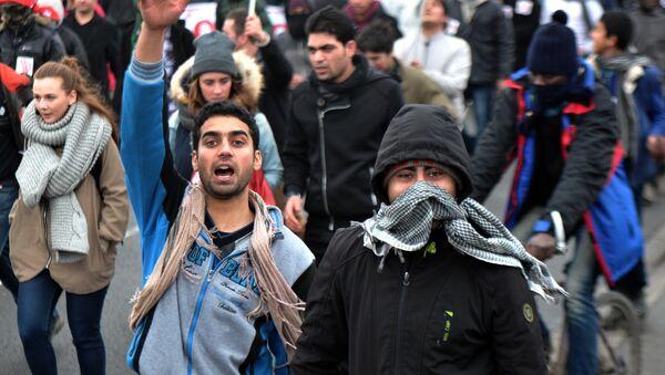 Uczestnicy demonstracji w Calais - Sputnik Polska