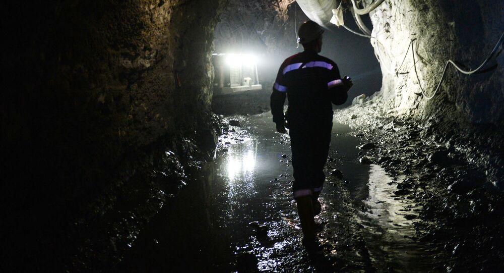 Górnik w kopalni miedzi należącej do zakładu Safjanowska Miedź w obwodzie swierdłowskim.