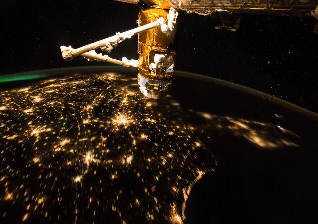 MSK na tle Ziemi nocną porą