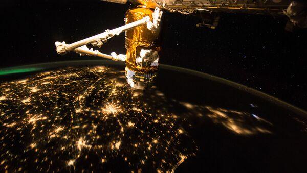MSK na tle Ziemi nocną porą - Sputnik Polska