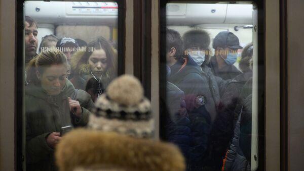Pasażerowie moskiewskiego metra w maskach ochronnych - Sputnik Polska
