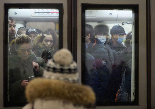 Pasażerowie moskiewskiego metra w maskach ochronnych
