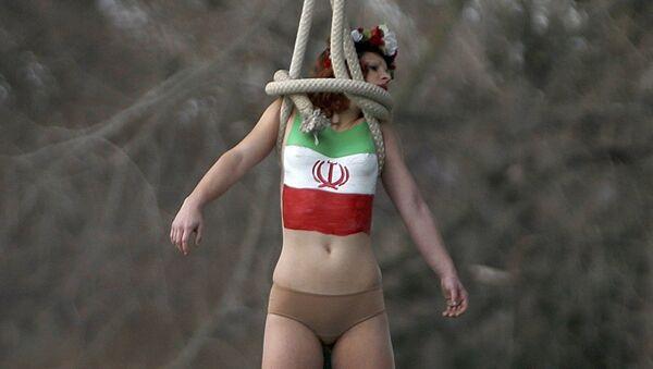 Aktywistka Femen podczas kolejnej akcji w Paryżu - Sputnik Polska