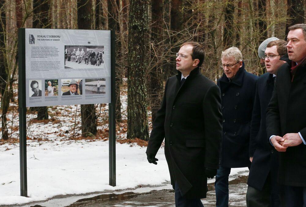 Minister kultury Rosji Władimir Medyński podczas wizyty w miejscu pamięci radzieckich jeńców w Sobiborze, Polska