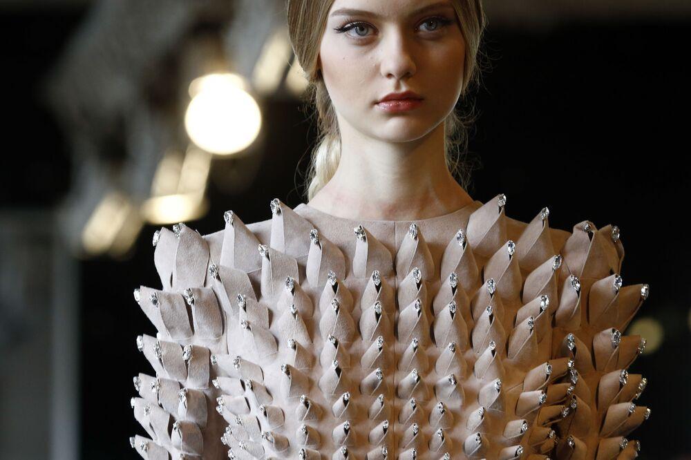 Modelka przedstawia kolekcję kreatora Stephane Rolland podczas Tygodnia mody Haute Couturew Paryżu